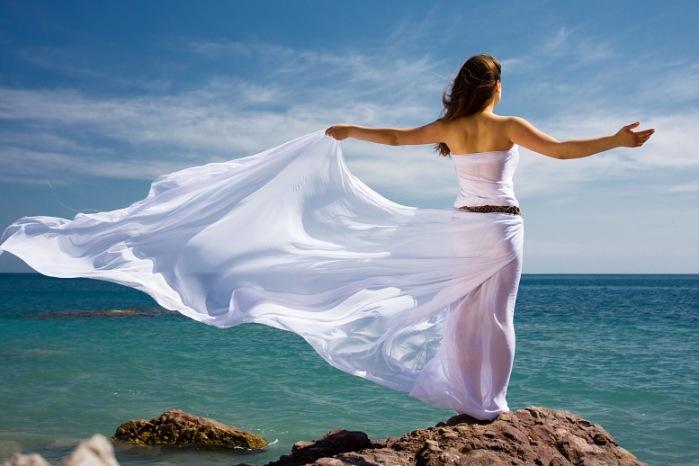 mulher a beira mar