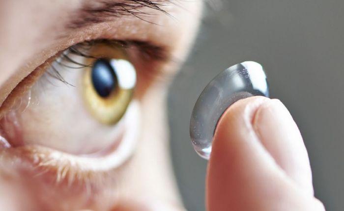 Especialistas alertam que dormir com lentes pode levar àcegueira