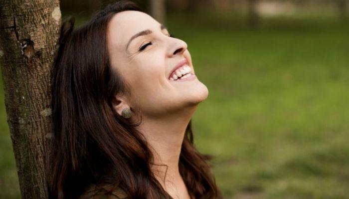 mulher-feliz-sorrindo